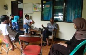 Para-peserta-pelatihan-Cevil-II-saat-mengaplikasikan-materi-analisis-sosial-dengan-mewawancarai-Kepala-Dusun-Juwet