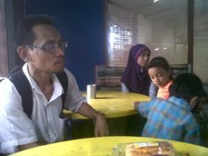 Abdul Awi saat di kedai samping KBRI di Malaysia