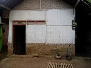 Kondisi rumah Yeni di Desa Sidomulya Selorejo Blitar