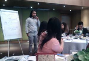 Rizky sedang presentasi pendataan SBMI